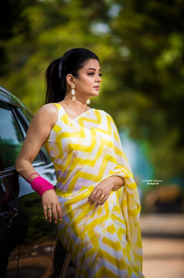 Beautiful actress Priyamani in white and yellow zig zag striped saree for Dhee champions. |  |  |  | 2020-12-21