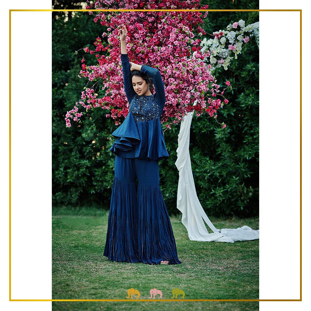 Isn't the colour navy blue so eclectic? 