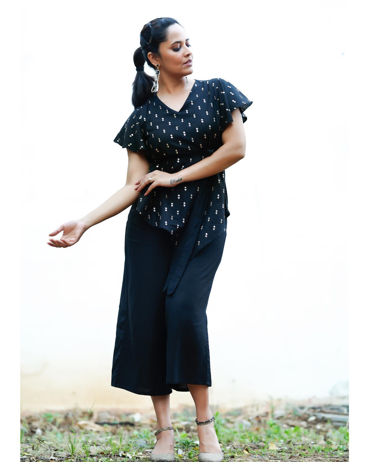 Beautiful anchor and actress Anasuya Bardwaj For Jabardast tonyt . 2021-01-08