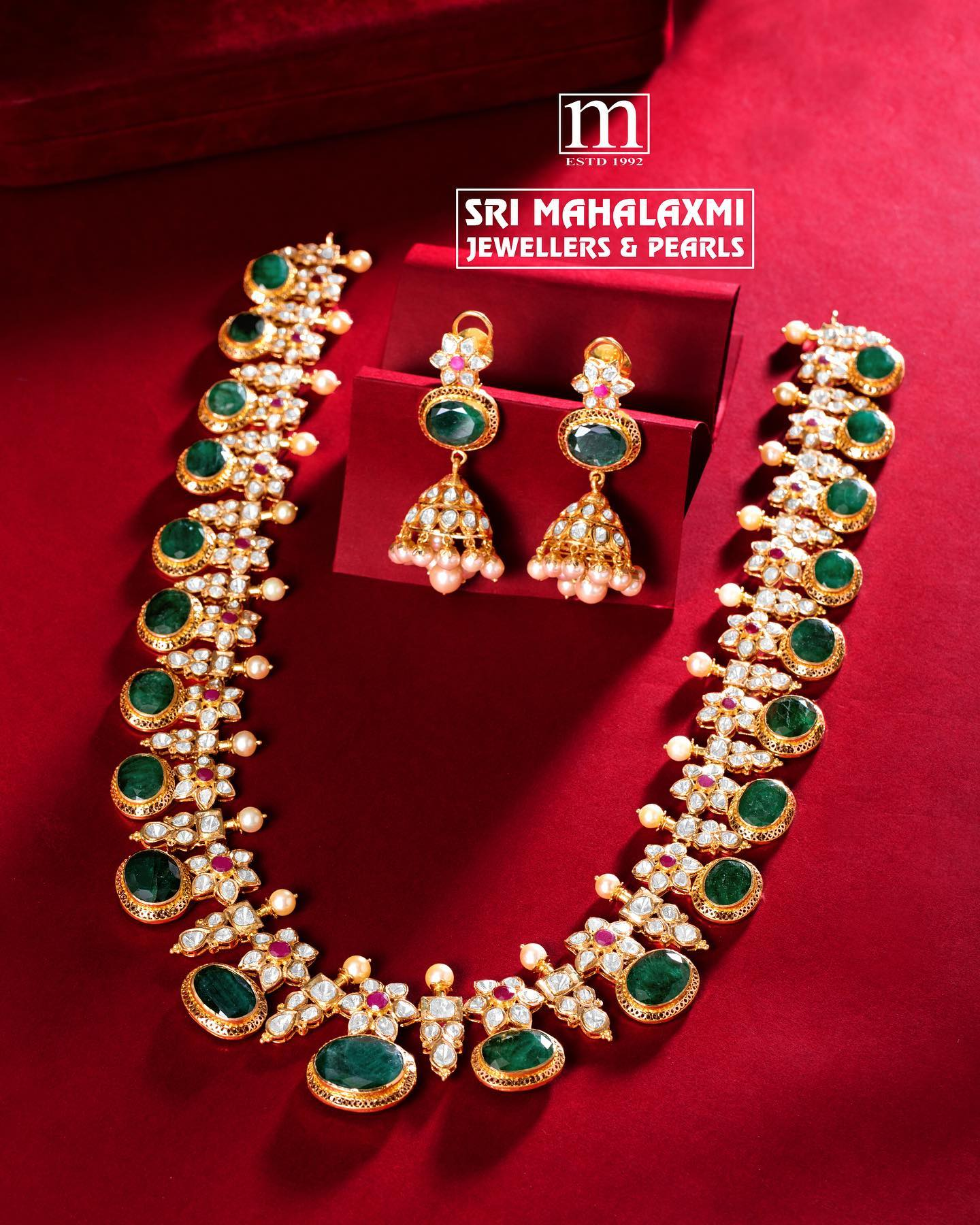 Fine Zambian emeralds combined with excellent quality flat diamonds designed elegantly.