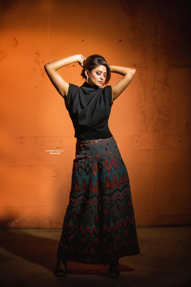 Gorgeous actress Priyamani in embroidery palazo pants and black top for Dhee kings vs queens.  2021-03-08