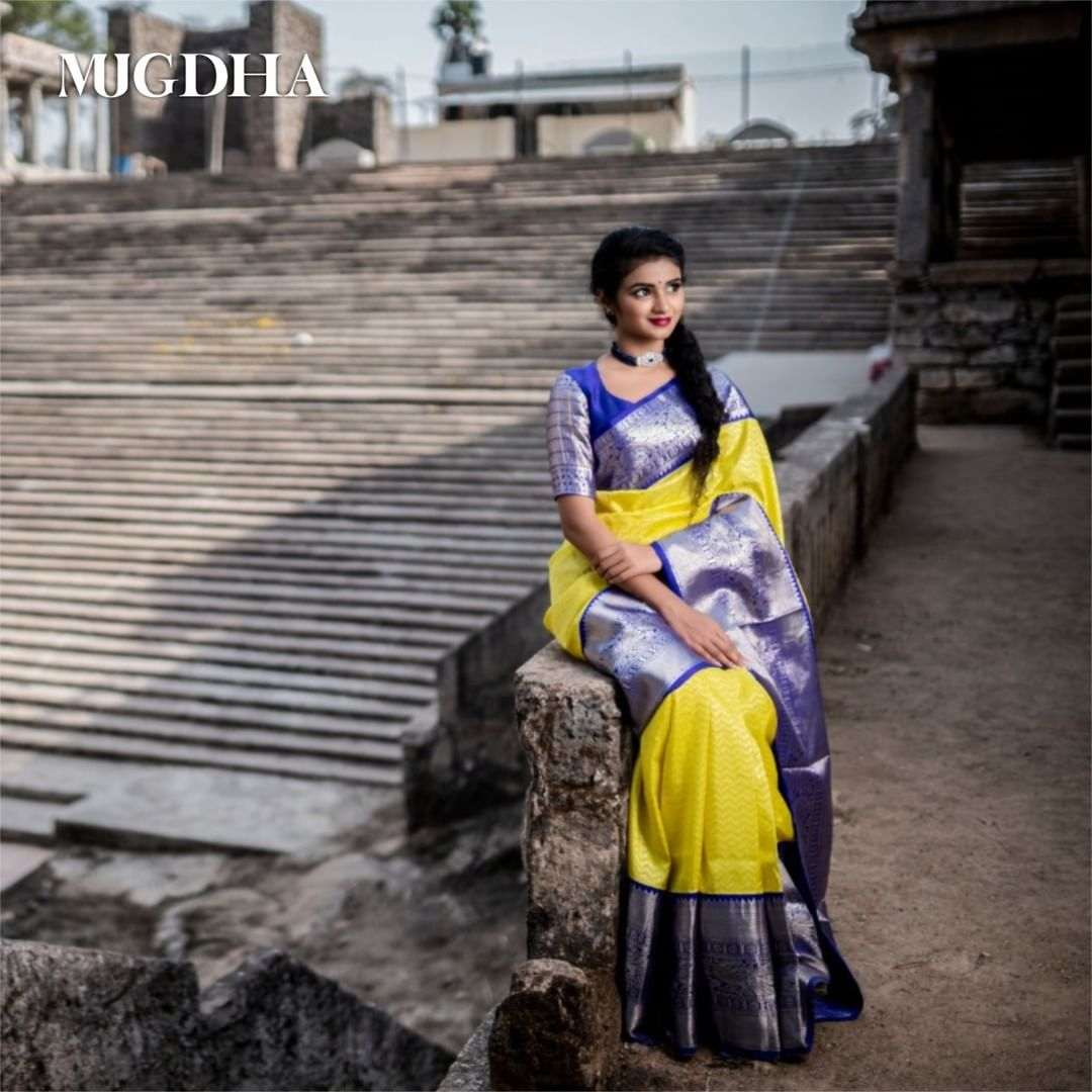 Beautiful and Rare combination of Imperial blue and Yellow Kanjeevaram saree woven with transparent wavy pattern design seamlessly and the glaring blue border gives a regal look and yet a contemporary saree choice for saree connoisseurs.  Drape this beauty to flaunt your wedding day! 2021-03-23