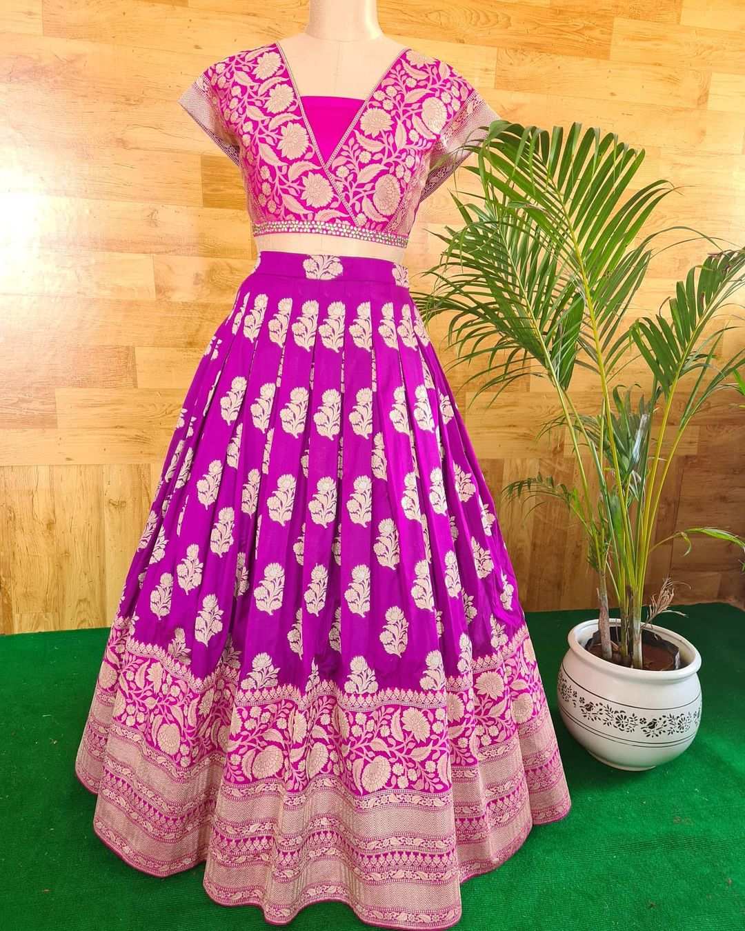 When unsure wear a banarasi lehanga. Gorgeous  pink color combination benarasi pattu lehenga and blouse. 2021-03-25