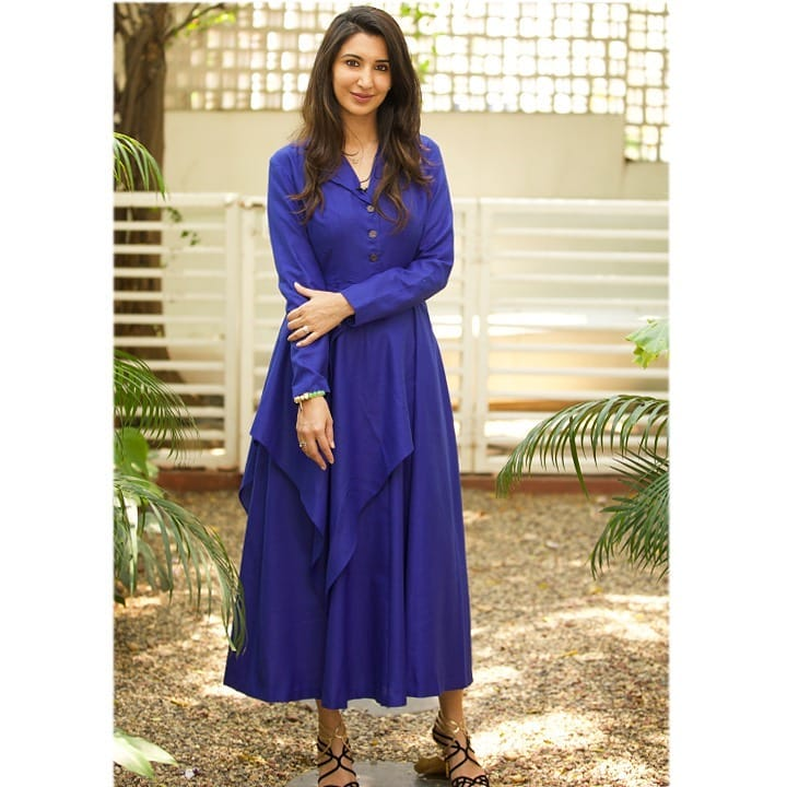 Beautiful Gulnar Virk looking elegant and sharp in Shilpa Reddy cobalt blue asymetrical drape tunic. She is wearing signature silhouette with button down detailing a metal belt and a flowing asymmetrical drape. 2021-03-31