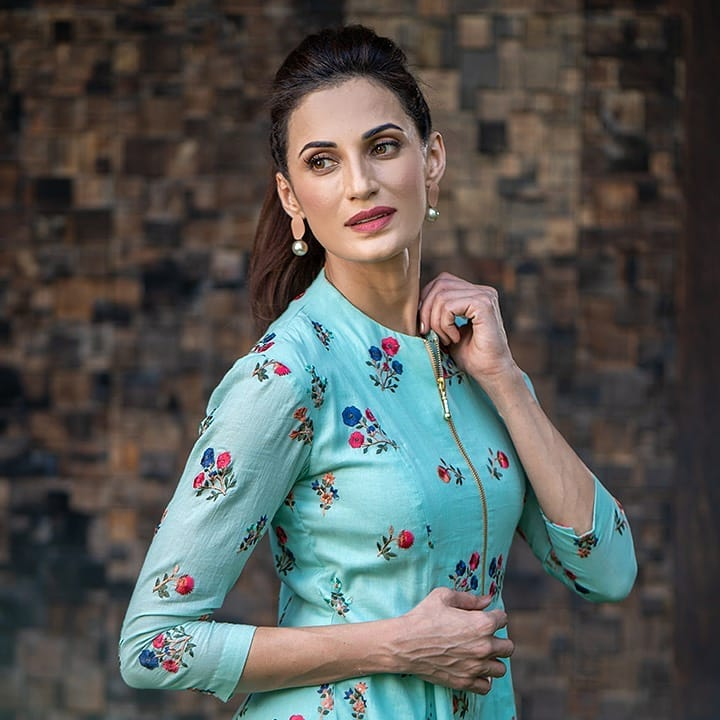 Shilpa Reddy decided to shoot and style the outfits from the summer collection. Here she is wearing a sky blue tunic with metal zipper. A classic silhouette made out of 100% pure cotton with delicate thread embroidery. 2021-04-06