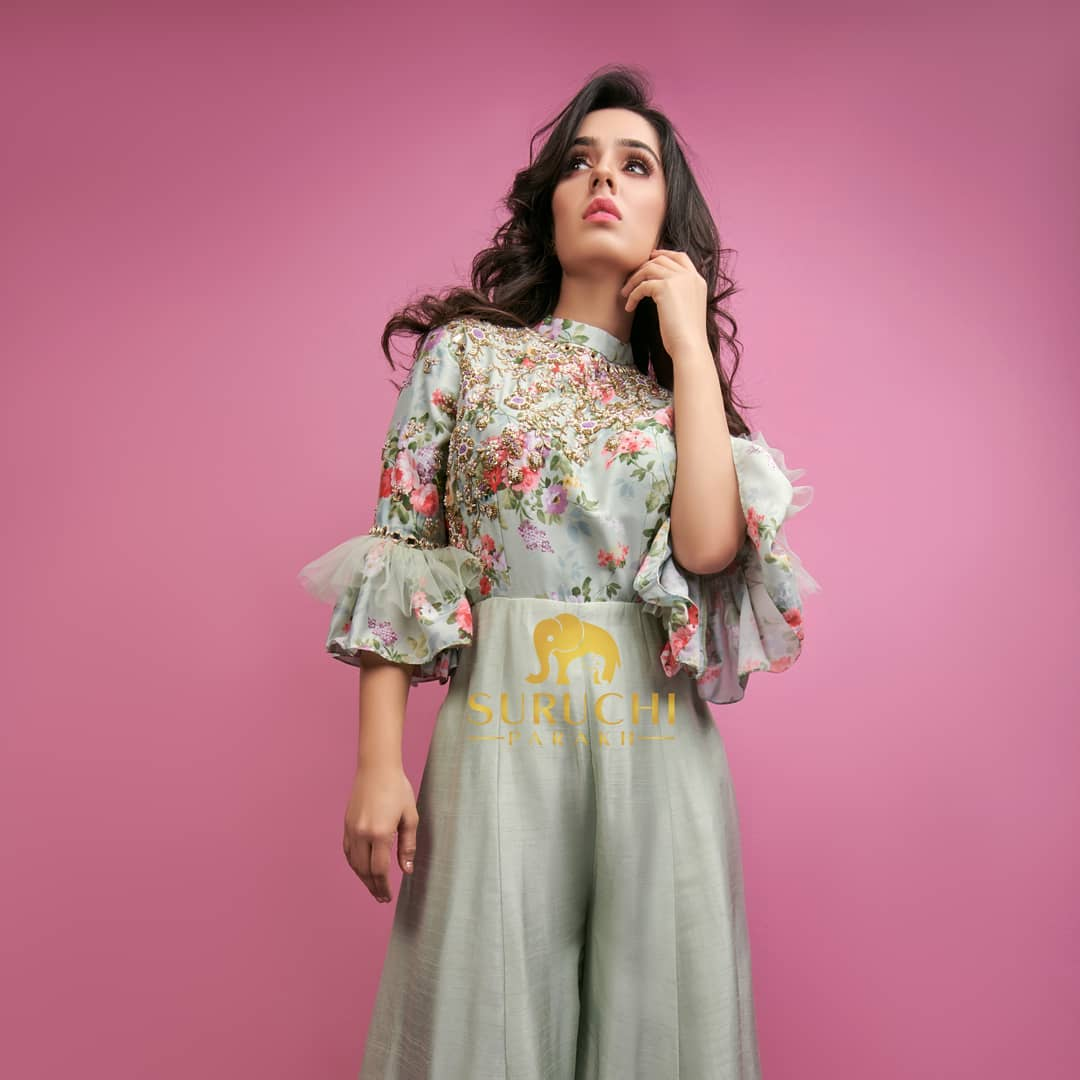 Floral print with a little drama on the sleeves this fusion jumpsuit will make not wanna wear anything else other than this for your special occasions. Get one for yourself now! 2021-04-12