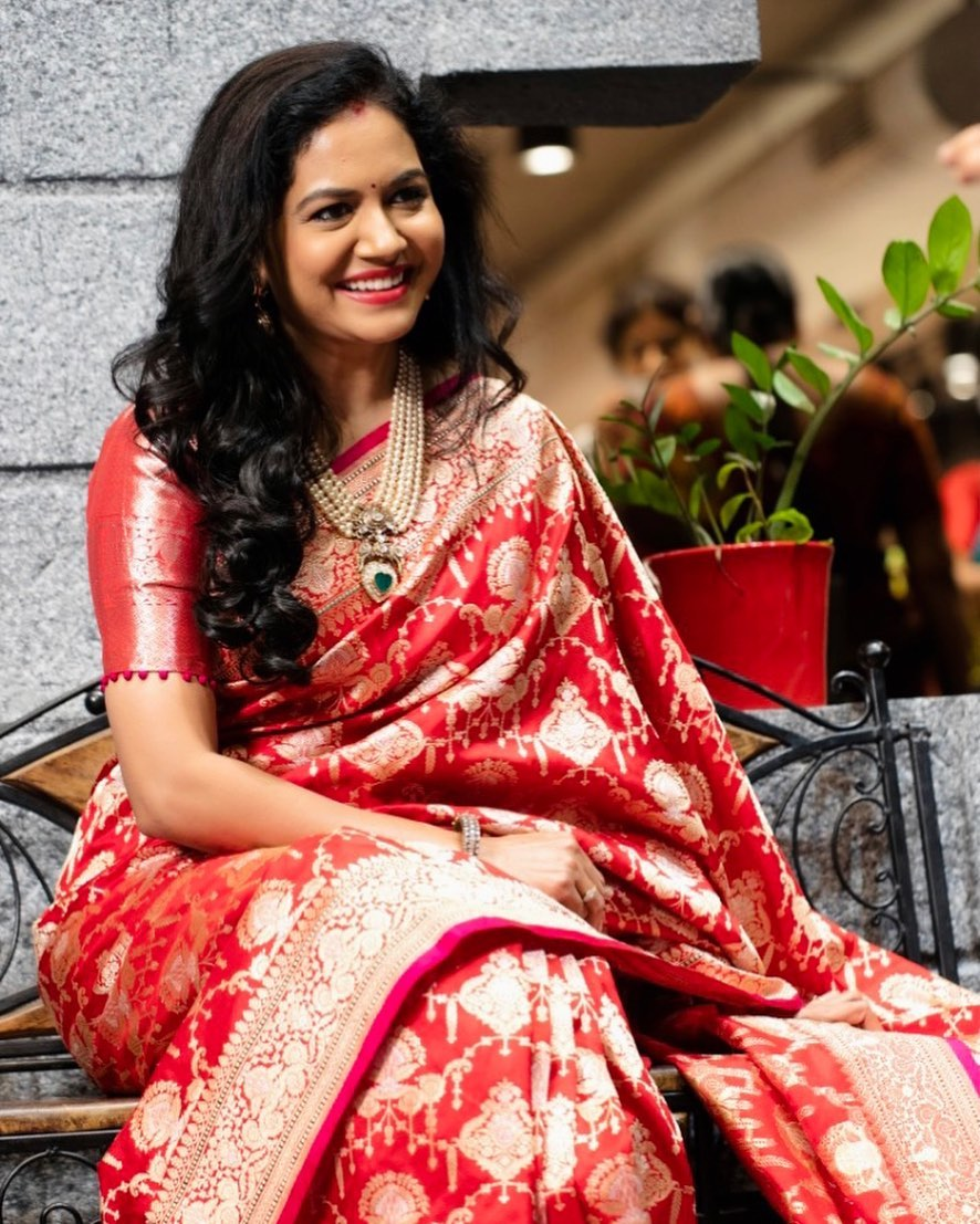 Beautiful Singer Sunitha  in Beneres saree from the House of Mugdha! Jewelry Pavanmor jewellers. 2021-04-14