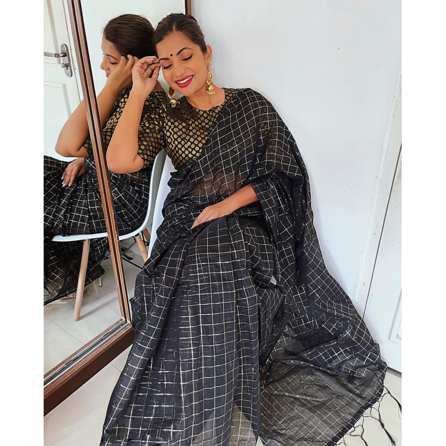 RACHNA is a beautiful cotton sari with a foil thread checkered design all over and tassels at the pallu edge. Gorgeous! 2021-05-02