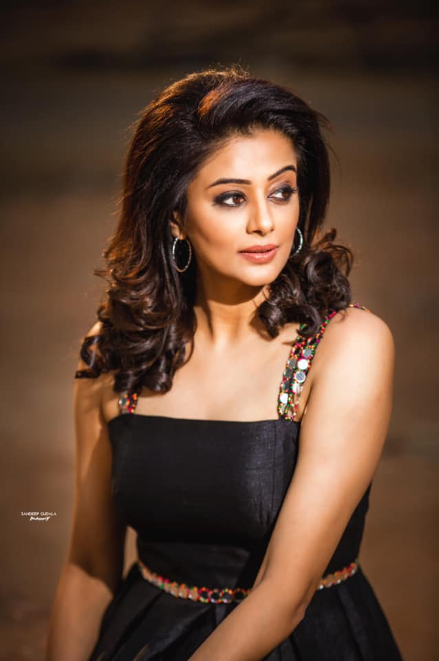Beautiful actress Priyamani  in black dress for Dhee kings vs queens. 2021-05-13