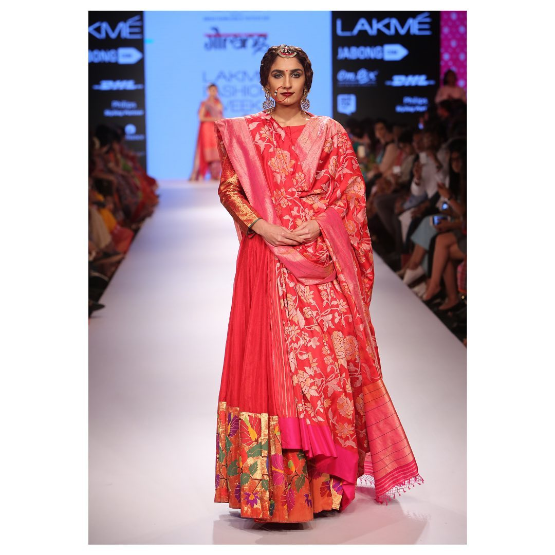The Paithani royalties And enigmatic blends Of Benaras Jamdani A magnificent Jugalbandi From yours only!  In Frame : Precious Jugalbandi of Paithani Jamdani and Benaras Jamdani in bright red at the Lakme Fashion week 2021-05-18