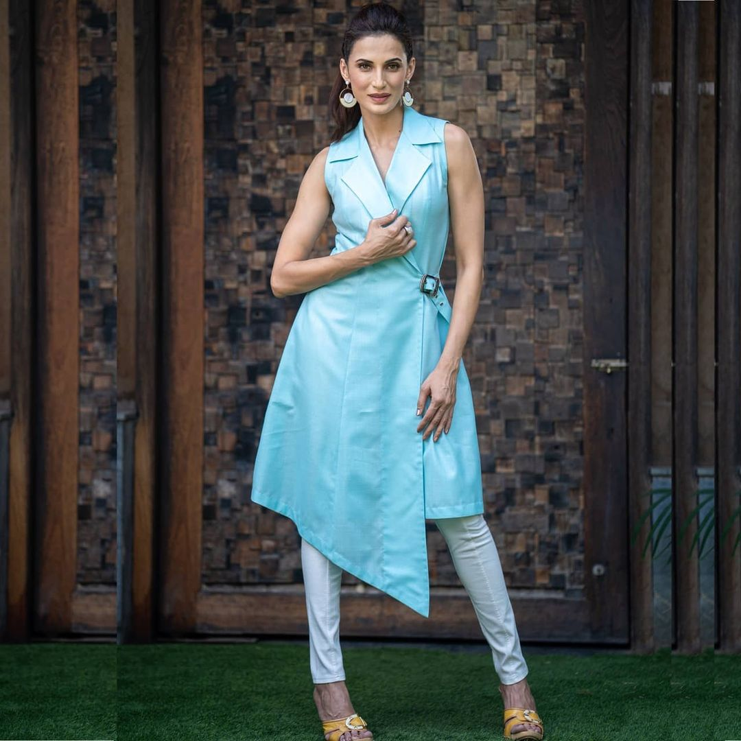 The season calls for easy lightweight styles to slip into. Shilpa reddy showing us how you could be comfortable and stylish all at the same time while wearing the sky blue overlapping tunic. 2021-05-29