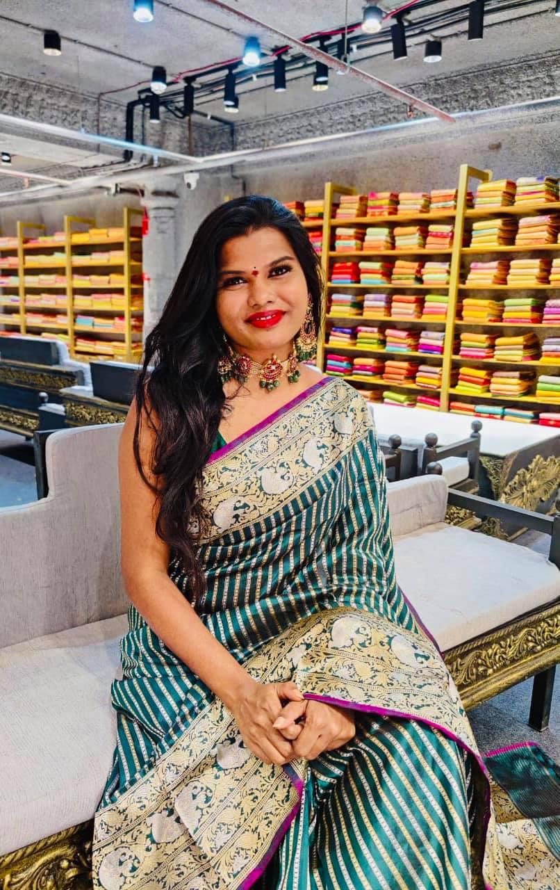 Beautiful designer Sashi Vangapalli in bottle green color Beneres Saree. 2021-06-16