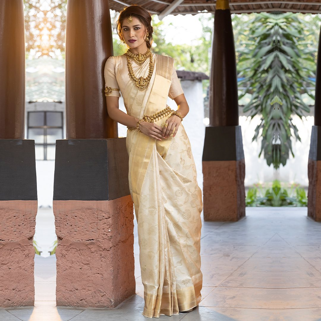 The allure of royalty is perfectly defined by this intriguing Cream Kanchipuram Silk saree  crafted your perfection bs is sure to turn heads. Intertwined with engaging borders and the notable pallu enchanting classic motif designs with antique zari all across this skilfully handwoven silk will doubtlessly be your instant favorite.  - Worldwide free shipping Contact : 00919845922959 Email: Esales@samyakk.com Product Code: Ri3389  2021-07-31