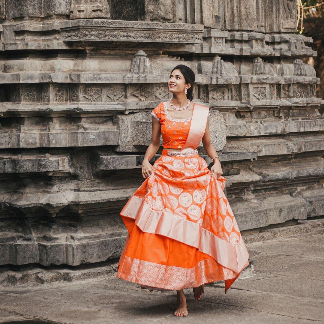 Navya Naidu looking like a dream in an asymmetrical pattu lehanga.  2021-08-04