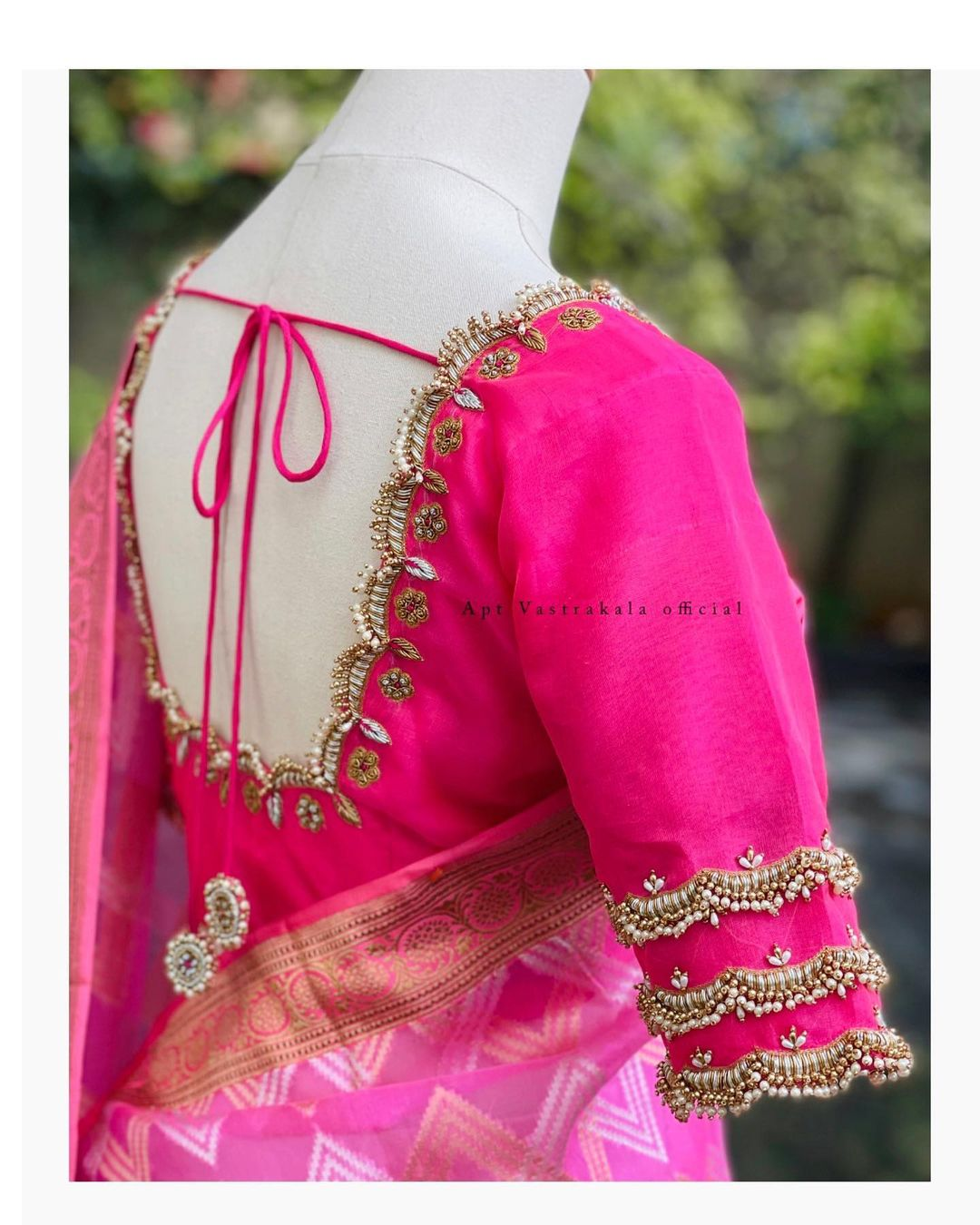 Simple yet appealing designs look way better than we give them credit for. With the right fit your look will be applauded by everybody around you. Kundan detailing done to perfection! 2021-08-13