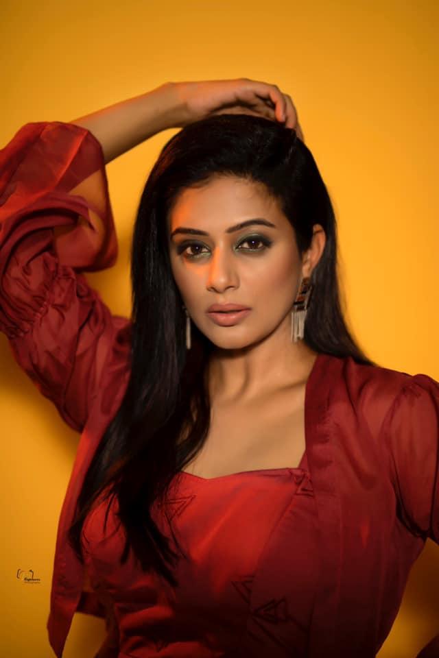 Beautiful actress Priyamani in knee length dress for Dhee kings vs queens. 2021-08-18