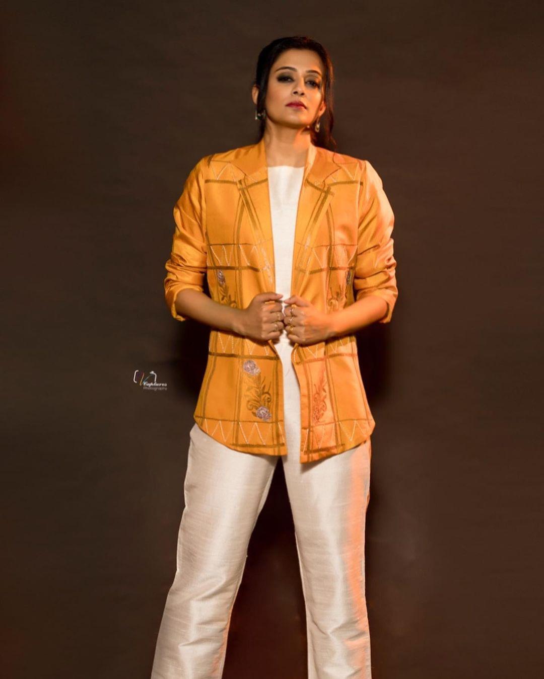 Beautiful actress Priya Mani in Krishnamani outfit for Dhee kings vs queens. 2021-09-01