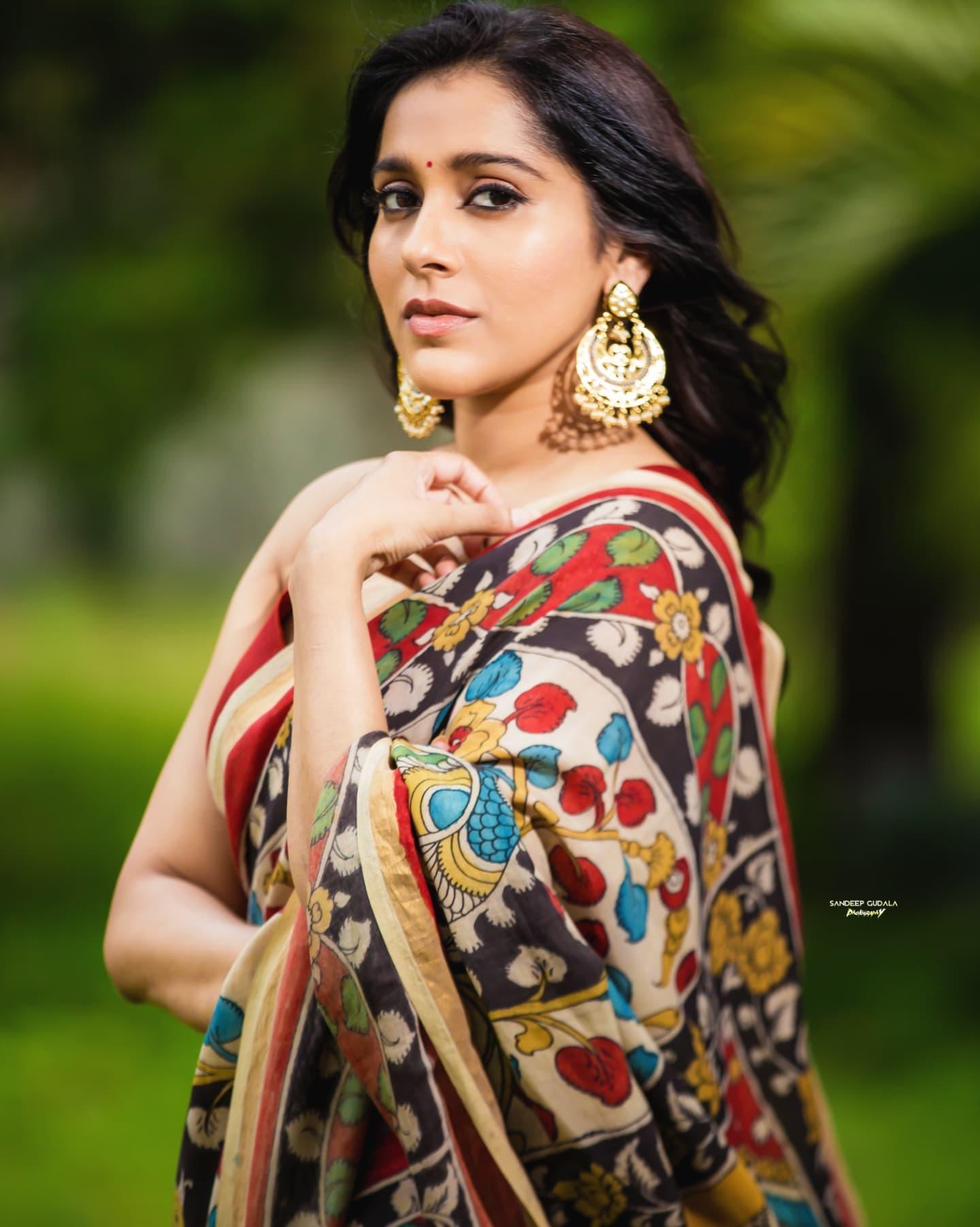 Beautiful actress Rashmi Gautham in Kalamkari saree for jabardasth. 2021-09-04