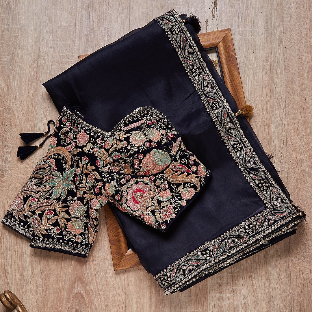 A saree that is not just elegant but a masterpiece with a fine fabrication and excellent hand embroidery that will find attention in a heartbeat  Worldwide free shipping Contact : 00919845922959 Email: Esales@samyakk.com Product Code: SF2015. 2021-09-09