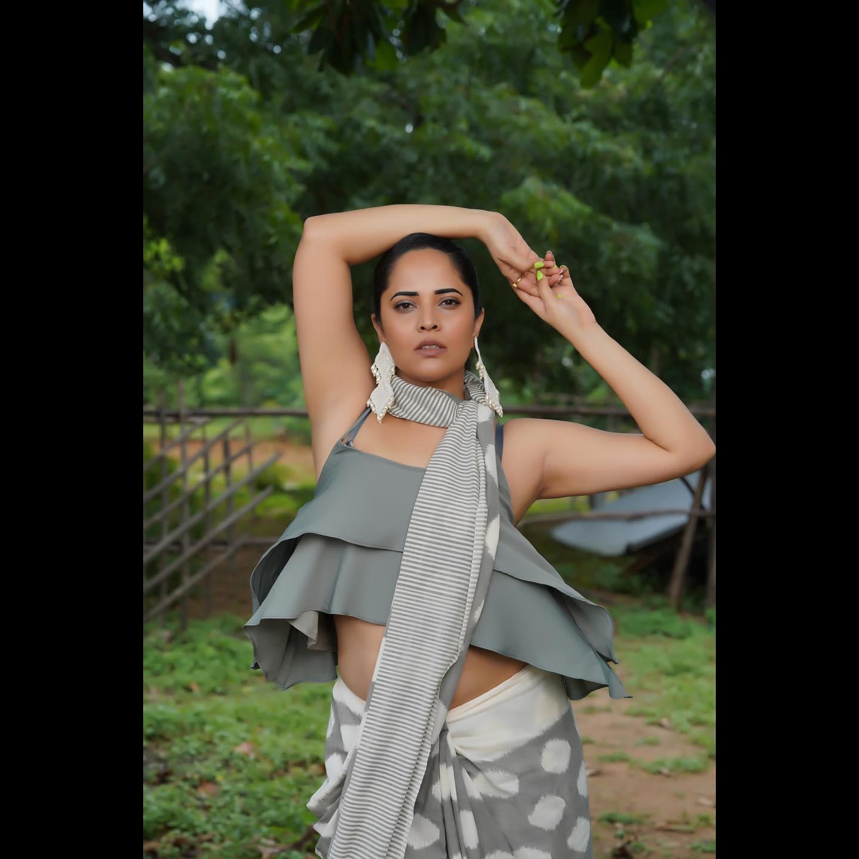 Stunning anchor Anasuya Bardwaj in saree for jabardasth. 2021-09-11