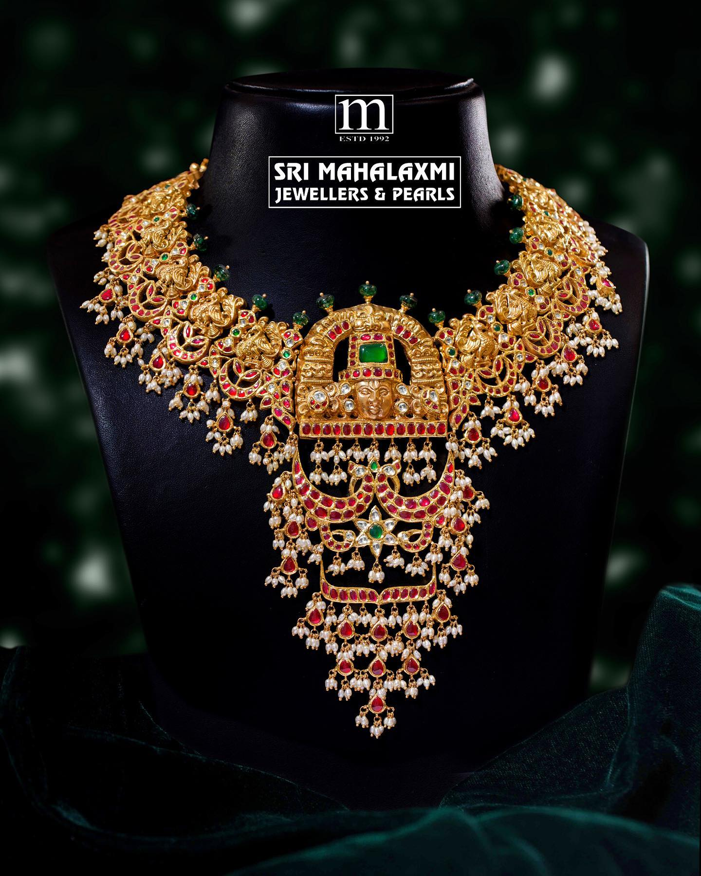 Fine jewellery! Beautiful kundan and nakash work necklace designed and crafted by highly skilled workers taking care of the finest detailing to perfection. Made in 22kt gold. 2021-09-14
