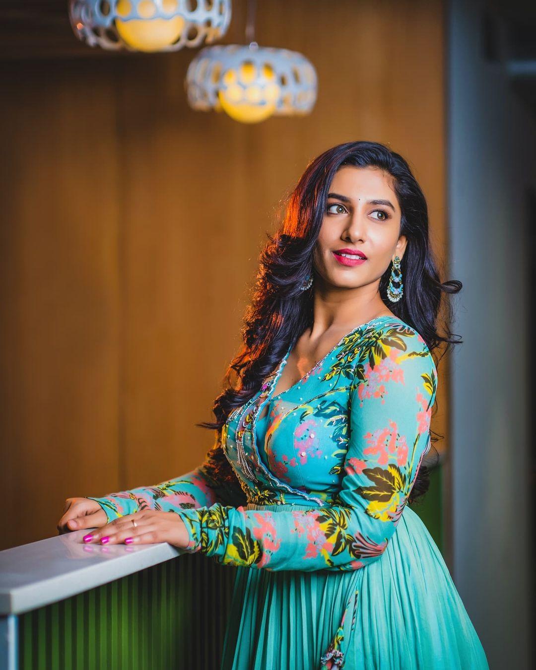 Beautiful actress Vishnu Priya in floor length overlap dress. Styling : Greeshma krishna.k. Label : Nikitam Tiwari. 2021-09-14