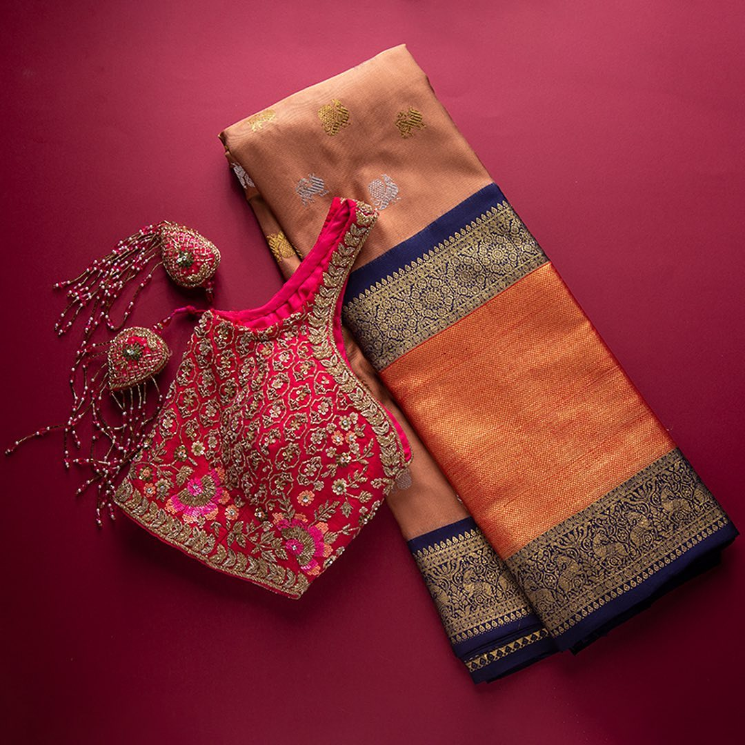 This classic Kanchipuram silk saree hued In subtle tone is crafted in laborious ancient motifs all over the drape. The beautiful border and pallu are set in vibrant heritage motifs. It's an wonderful festive pick for any seasons.  - Worldwide free shipping Contact : 00919845922959 Email: Esales@samyakk.com Product Code: SG1078 2021-09-14