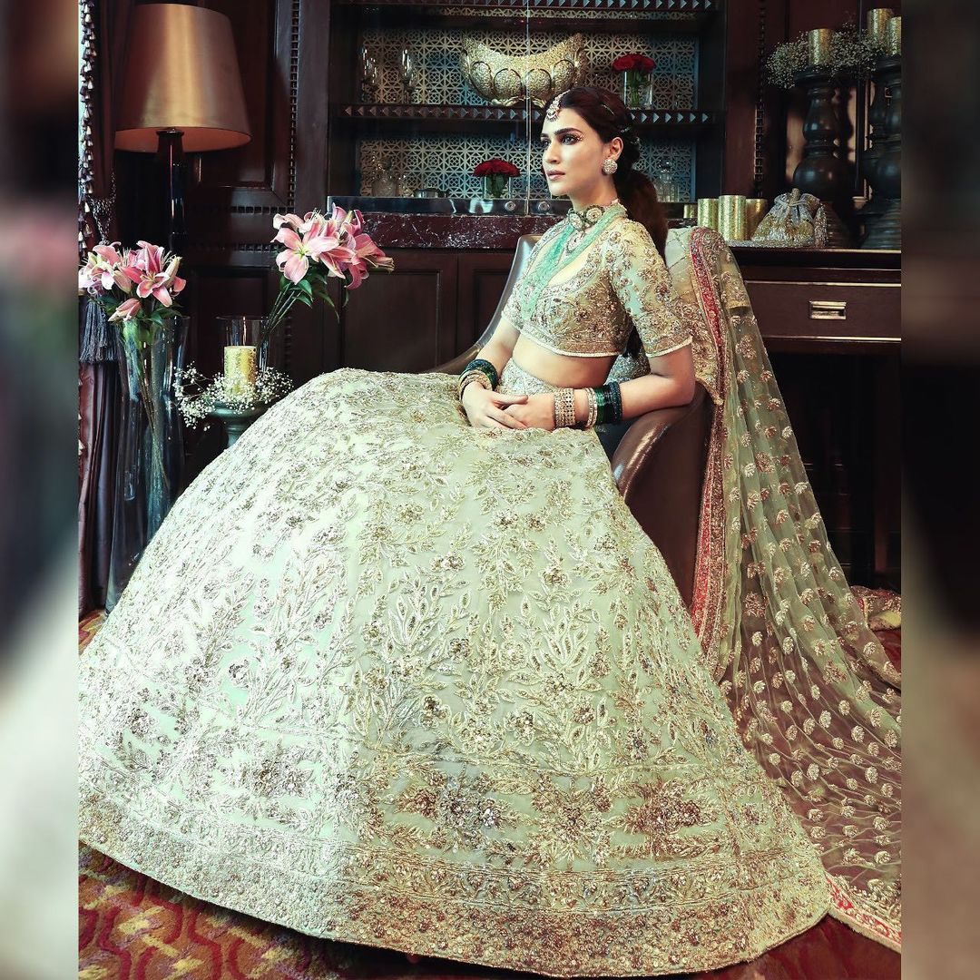 Beautiful Kriti Sanon in Manish Malhotra bridal lehenga set. 2021-09-23