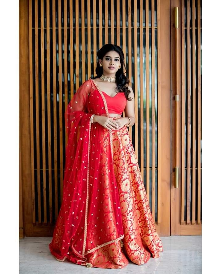 Banaras Lehanga . Classic red banarasi lehanga paired with bustier and net dupatta. . . Place your orders now!  . . For orders and queries please whatsapp  on  9952093562 or Reach on 044 4262 4085. 2021-10-01