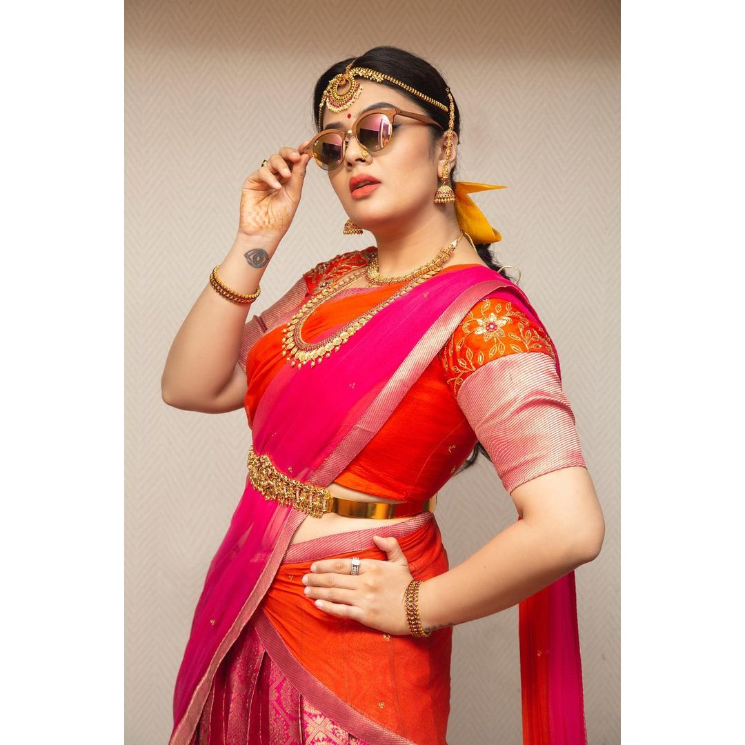 """Beautiful anchor and actress Sreemukhi  Recreating """"Khadgam look"""" For Comedy stars.  Styled by Priyankasaha jananda. Outfit Feathers botique. 2021-10-06"""