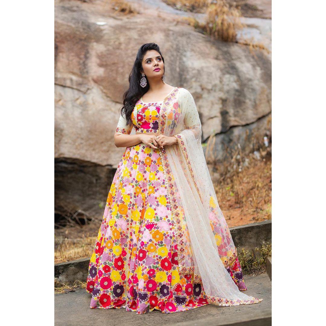 Beautiful anchor Sreemukhi in floral embroidery lehenga set.  2021-10-12